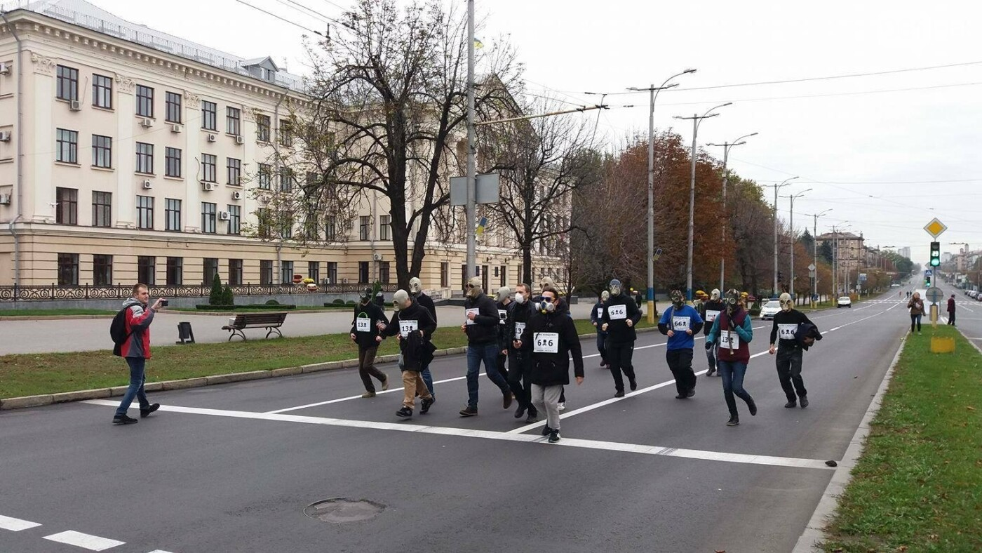"""""""Кашляем дружно"""": перед началом запорожсталевского марафона два десятка людей устроили забег в противогазах, - ФОТО, ВИДЕО, фото-19"""