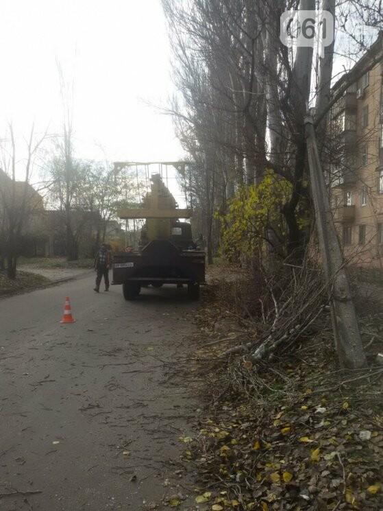 В Запорожье коммунальный ЗИЛ врезался в электроопору, - ФОТО, фото-1