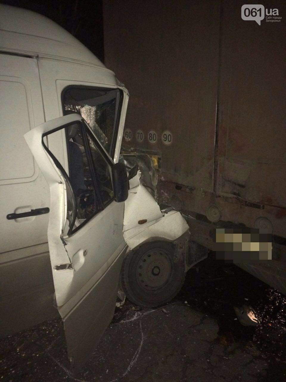 В Запорожье микроавтобус протаранил припаркованную фуру, - ФОТО, фото-3