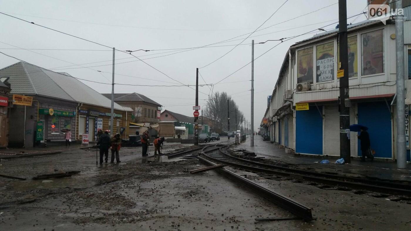 В Запорожье посреди рынка меняют трамвайные пути, – ФОТОРЕПОРТАЖ, фото-6