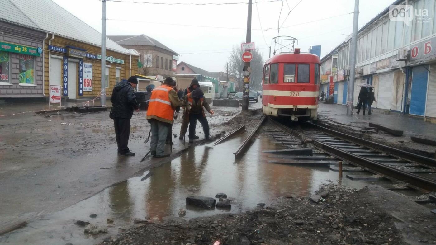 В Запорожье посреди рынка меняют трамвайные пути, – ФОТОРЕПОРТАЖ, фото-5