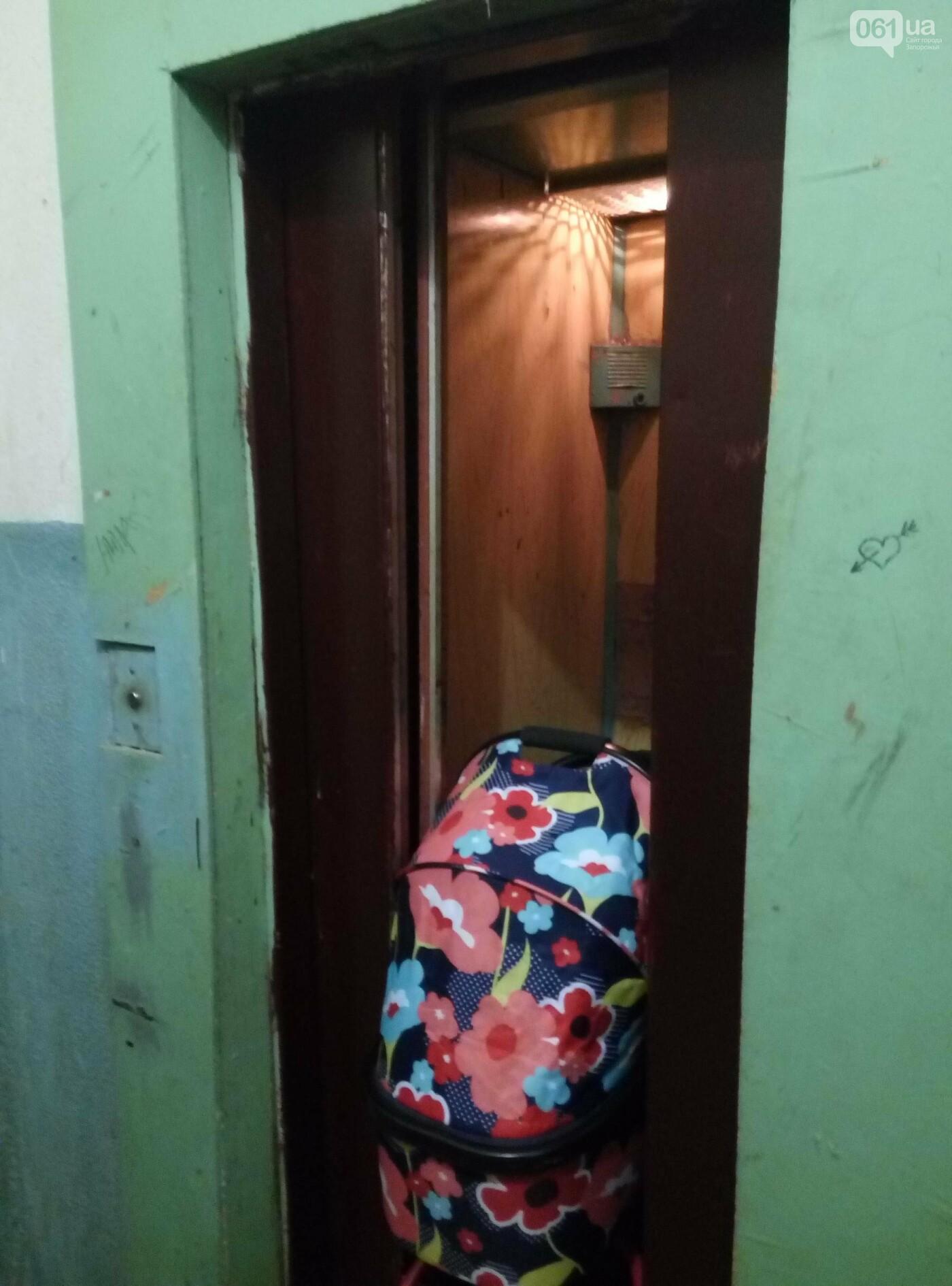 В Запорожье дверьми неисправного лифта зажало коляску с ребенком, - ФОТО , фото-1
