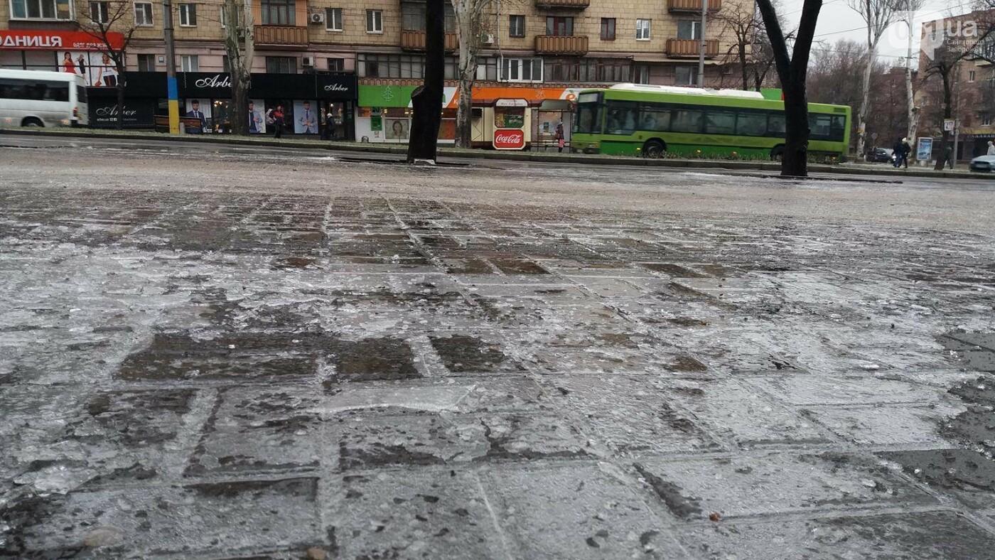 В Запорожье — гололед: машины стоят в пробках, а коммунальщики посыпают тротуары, — ФОТО, ВИДЕО (обновляется), фото-7