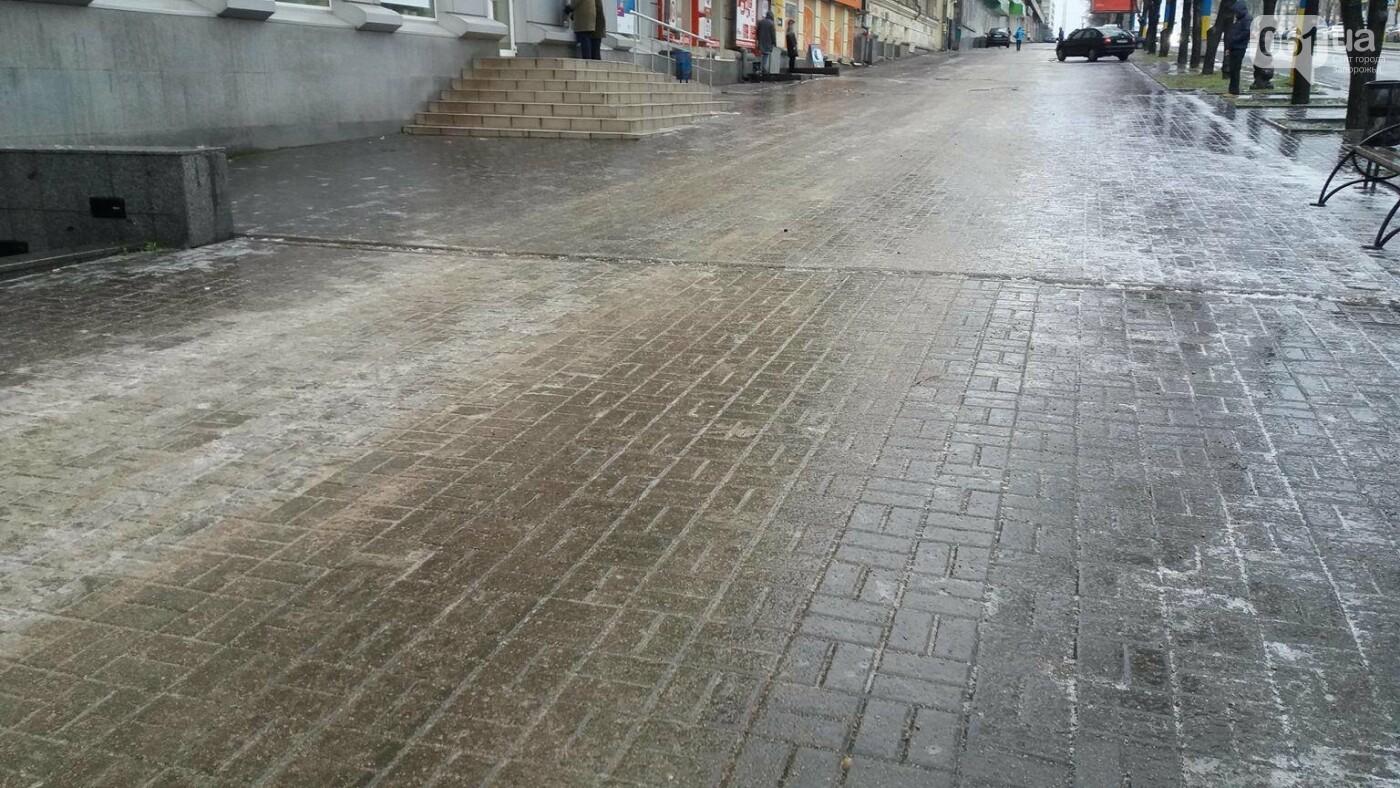В Запорожье — гололед: машины стоят в пробках, а коммунальщики посыпают тротуары, — ФОТО, ВИДЕО (обновляется), фото-6
