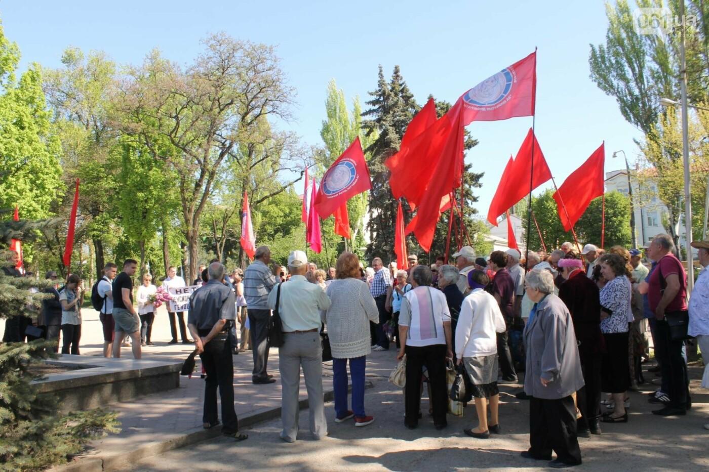 Запорожские коммунисты с красными флагами провели митинг к 1 мая: к «вечному огню» на Свободы пришли полсотни людей, – ФОТОРЕПОРТАЖ, фото-1