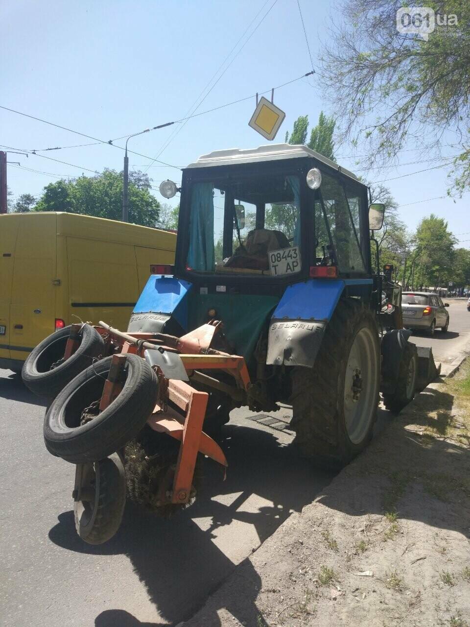 В Запорожье трактор въехал в припаркованное авто, - ФОТО, фото-1