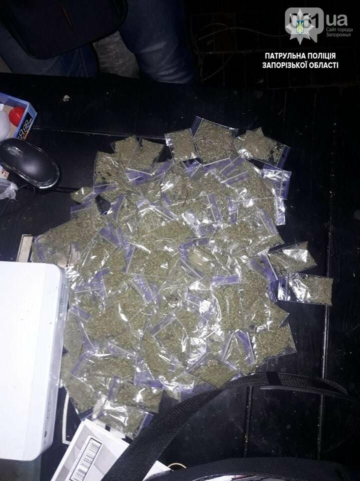 На Кичкасе разбили киоск, в котором торговали марихуаной, продавец вынес патрульным 179 пакетов, фото-1
