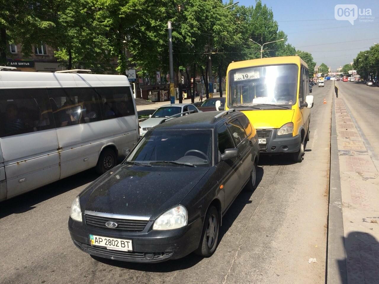 В центре Запорожья маршрутчик въехал в легковое авто, - ФОТО, фото-1