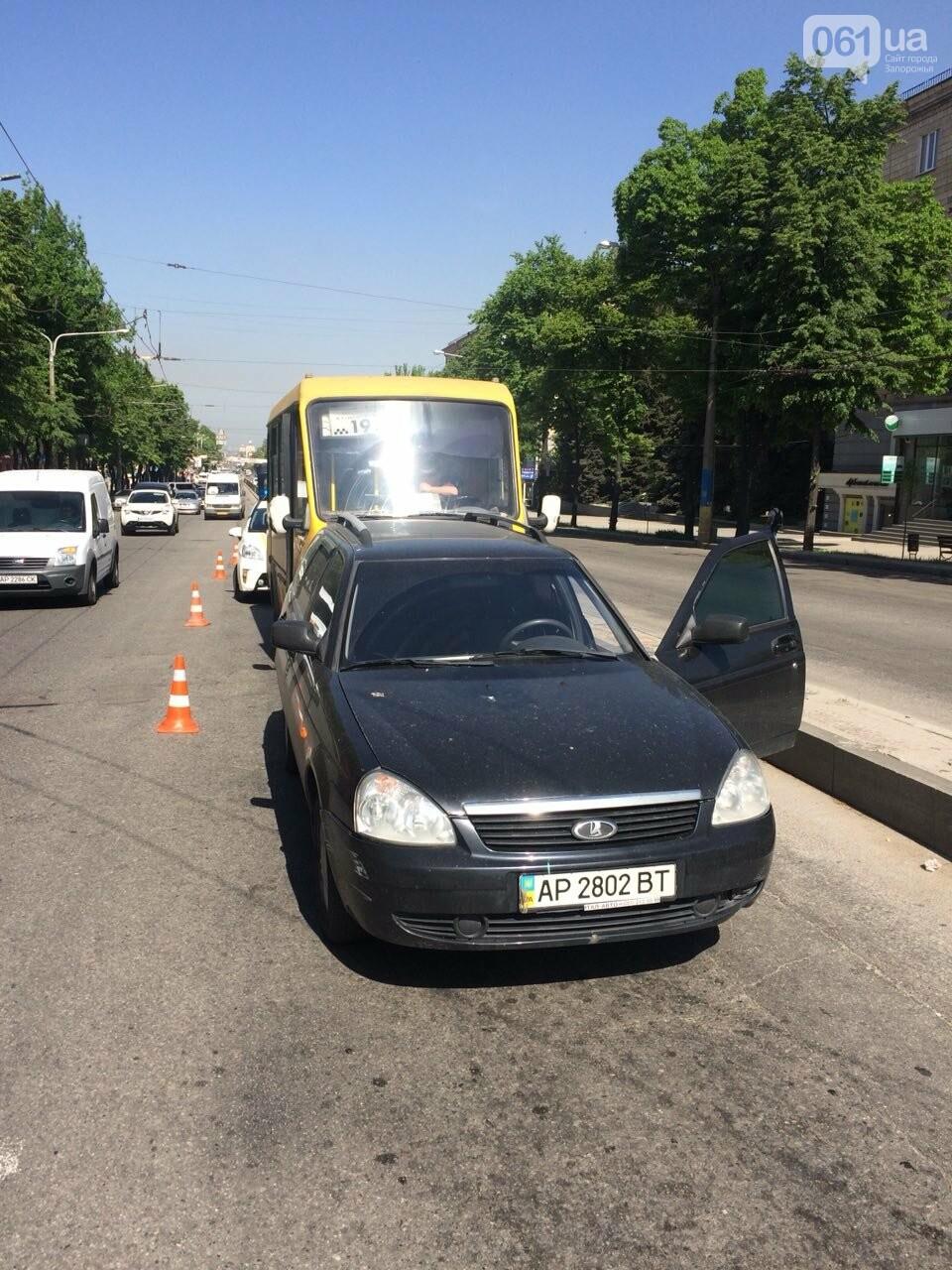В центре Запорожья маршрутчик въехал в легковое авто, - ФОТО, фото-2