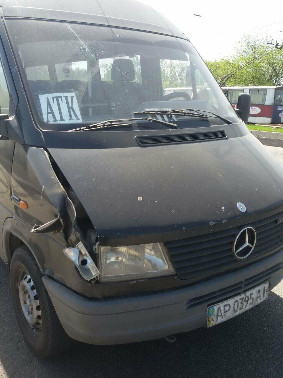 В Запорожье токоприемник троллейбуса упал и разбил стекла в маршрутке, - ФОТО, фото-3