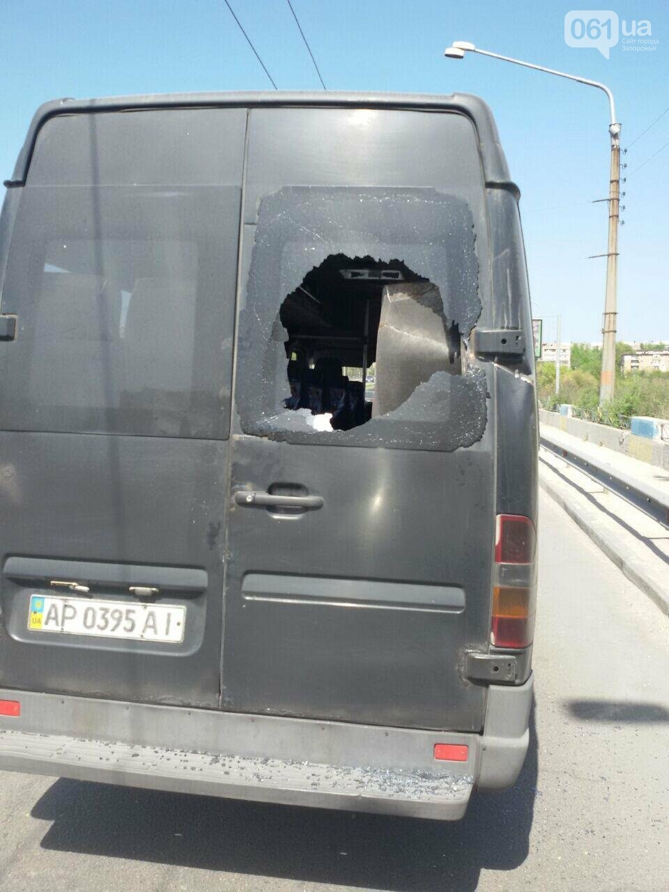 В Запорожье токоприемник троллейбуса упал и разбил стекла в маршрутке, - ФОТО, фото-1