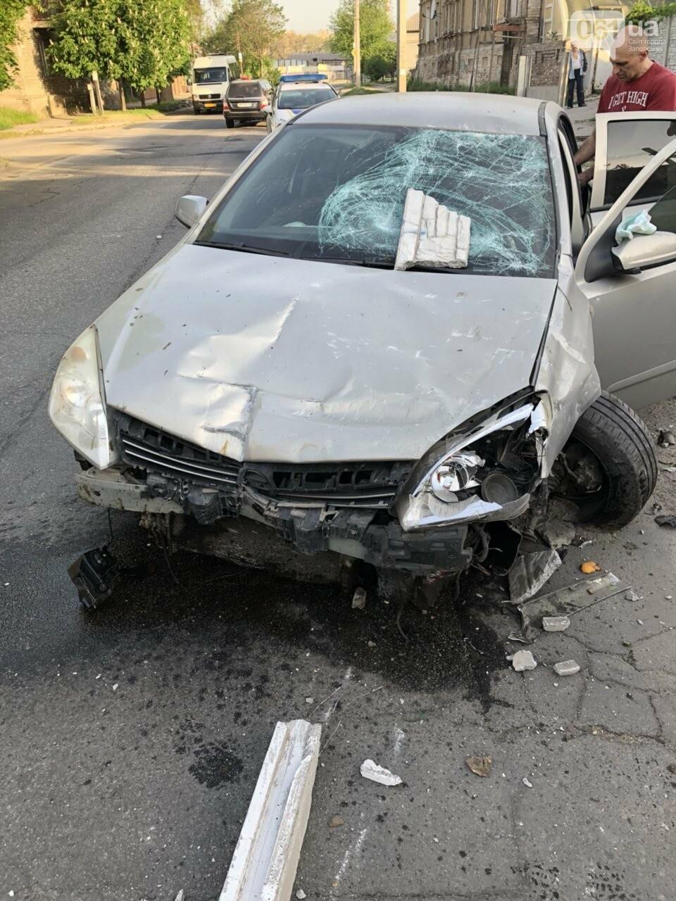Запорожец разбил автомобиль, въехав в мусорный бак, - ФОТО, фото-1
