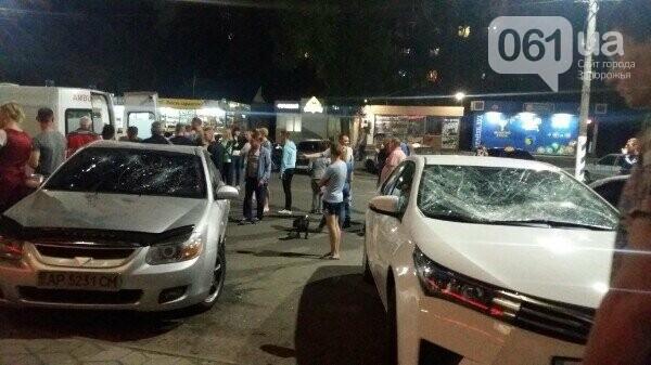 В Мелитополе голый парень разбил два автомобиля, прыгая по ним, - ФОТО, ВИДЕО, фото-1