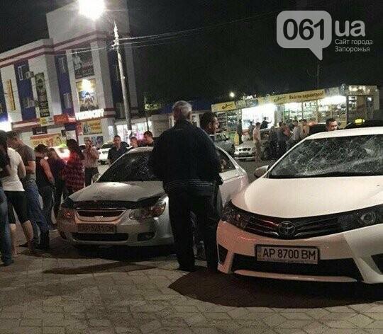 В Мелитополе голый парень разбил два автомобиля, прыгая по ним, - ФОТО, ВИДЕО, фото-2