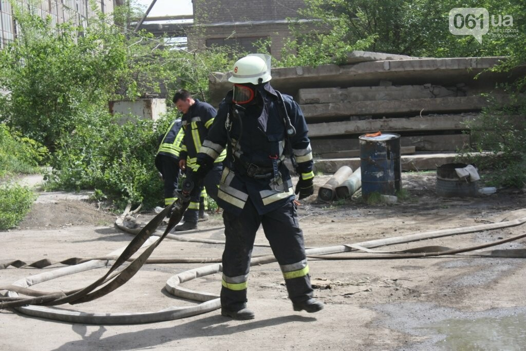 В Запорожье на территории завода загорелись мешки с селитрой — на ликвидацию пожара выехало 25 спасателей, - ФОТО, фото-1