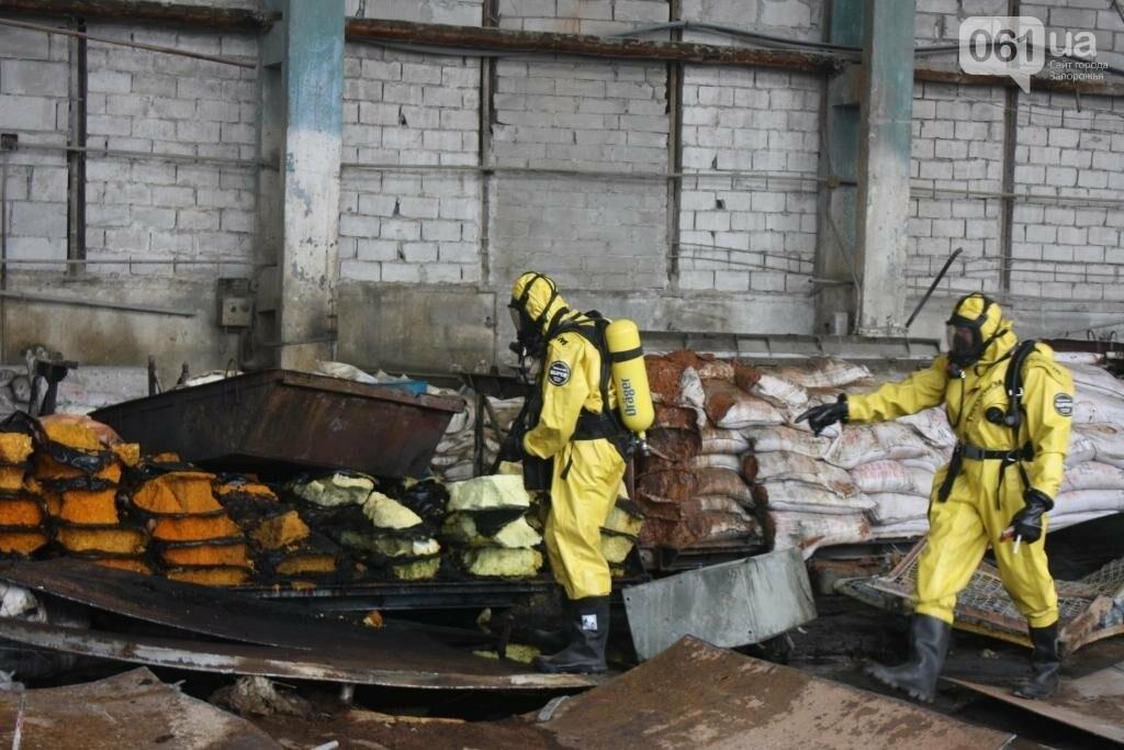 В Запорожье на территории завода загорелись мешки с селитрой — на ликвидацию пожара выехало 25 спасателей, - ФОТО, фото-4