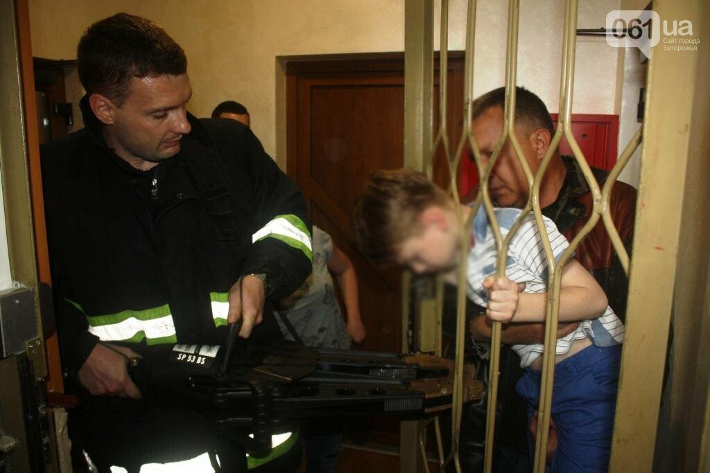 В Запорожье мальчик застрял решетке дверей, - ФОТО, фото-1