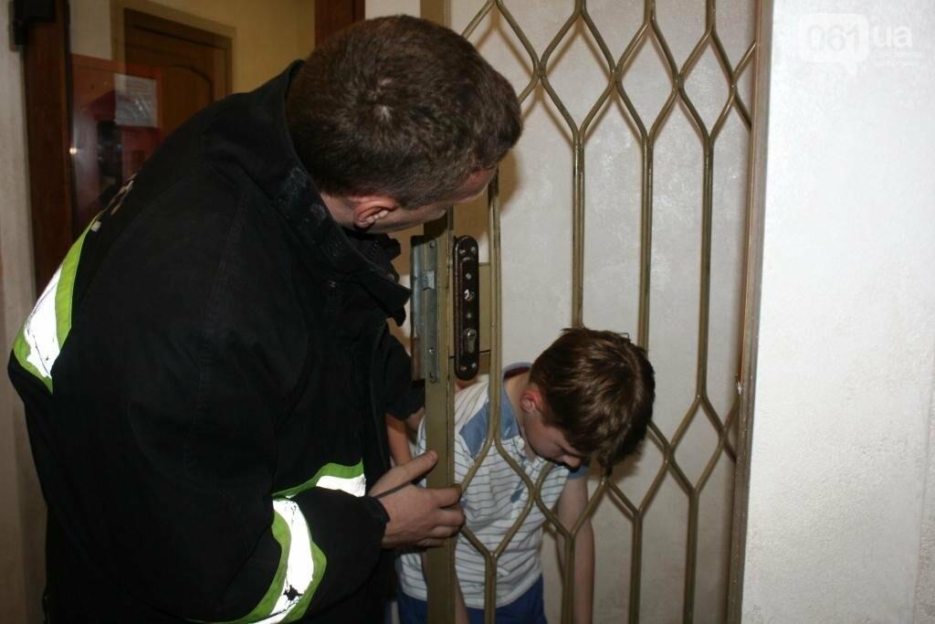 В Запорожье мальчик застрял решетке дверей, - ФОТО, фото-2