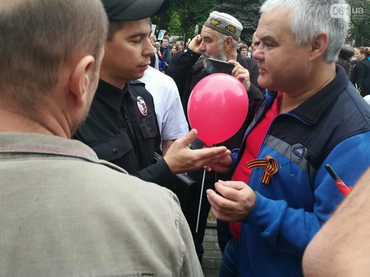В Мелитополе митинг Балицкого закончился дракой - полиция просила снять георгиевские ленты, - ФОТО, ВИДЕО, фото-7