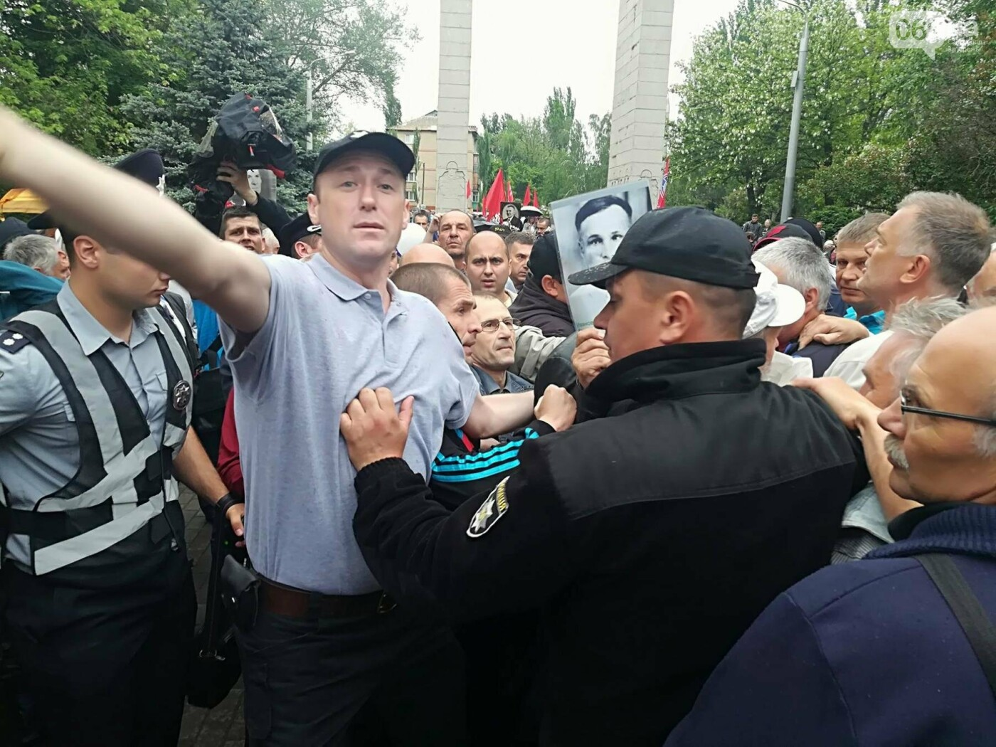 В Мелитополе митинг Балицкого закончился дракой - полиция просила снять георгиевские ленты, - ФОТО, ВИДЕО, фото-9