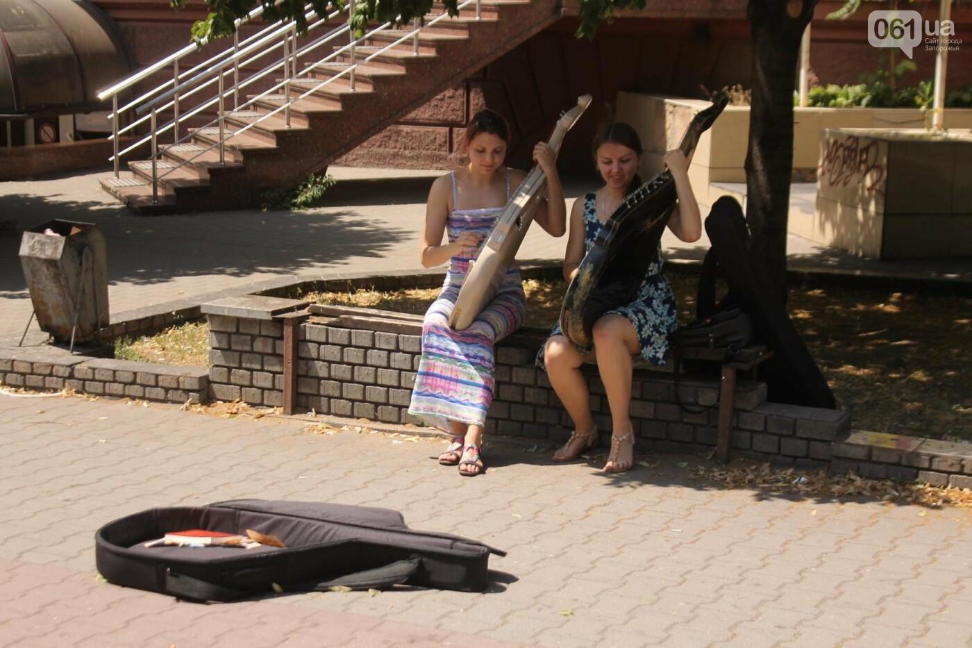 «Океан Эльзы», Злата Огневич и «Один в каноэ»: запорожские студентки-бандуристки устроили уличный концерт, – ФОТО, ВИДЕО, фото-4