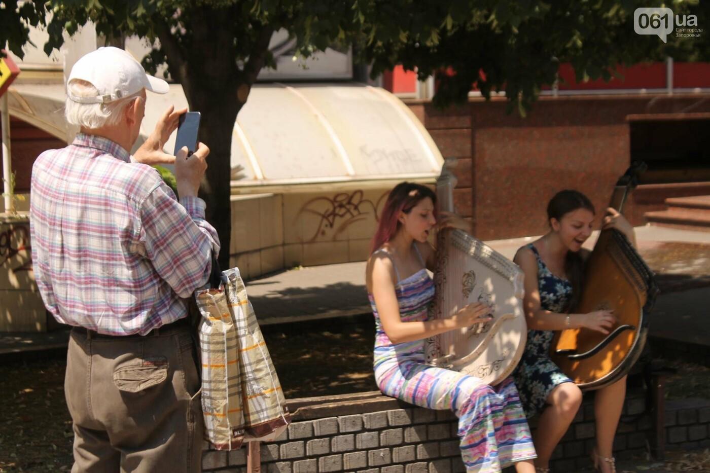 «Океан Эльзы», Злата Огневич и «Один в каноэ»: запорожские студентки-бандуристки устроили уличный концерт, – ФОТО, ВИДЕО, фото-10