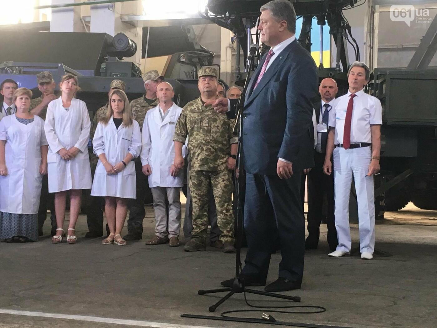 """Порошенко на заводе """"Искра"""" передал военным сертификаты на радиолокационные станции, - ФОТО, фото-1"""
