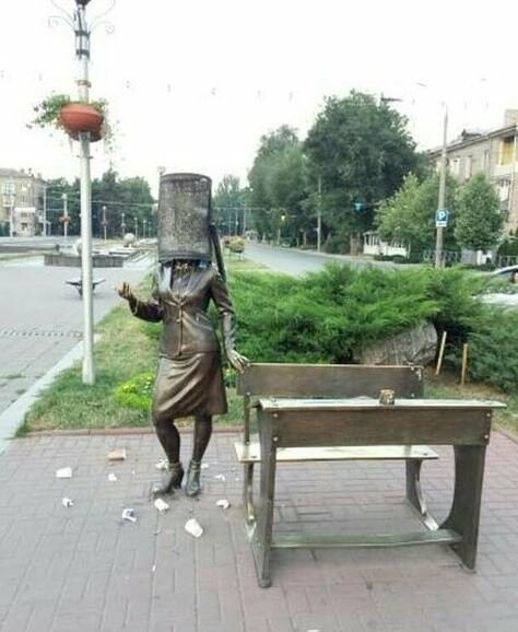 В Запорожье подростки надели урну на голову памятнику учительнице, - ФОТО, ВИДЕО, фото-1
