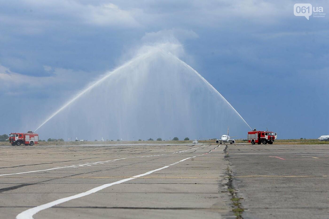 Торт, каравай и дождевая арка: открытие нового авиарейса Варшава-Запорожье в фотографиях, фото-17