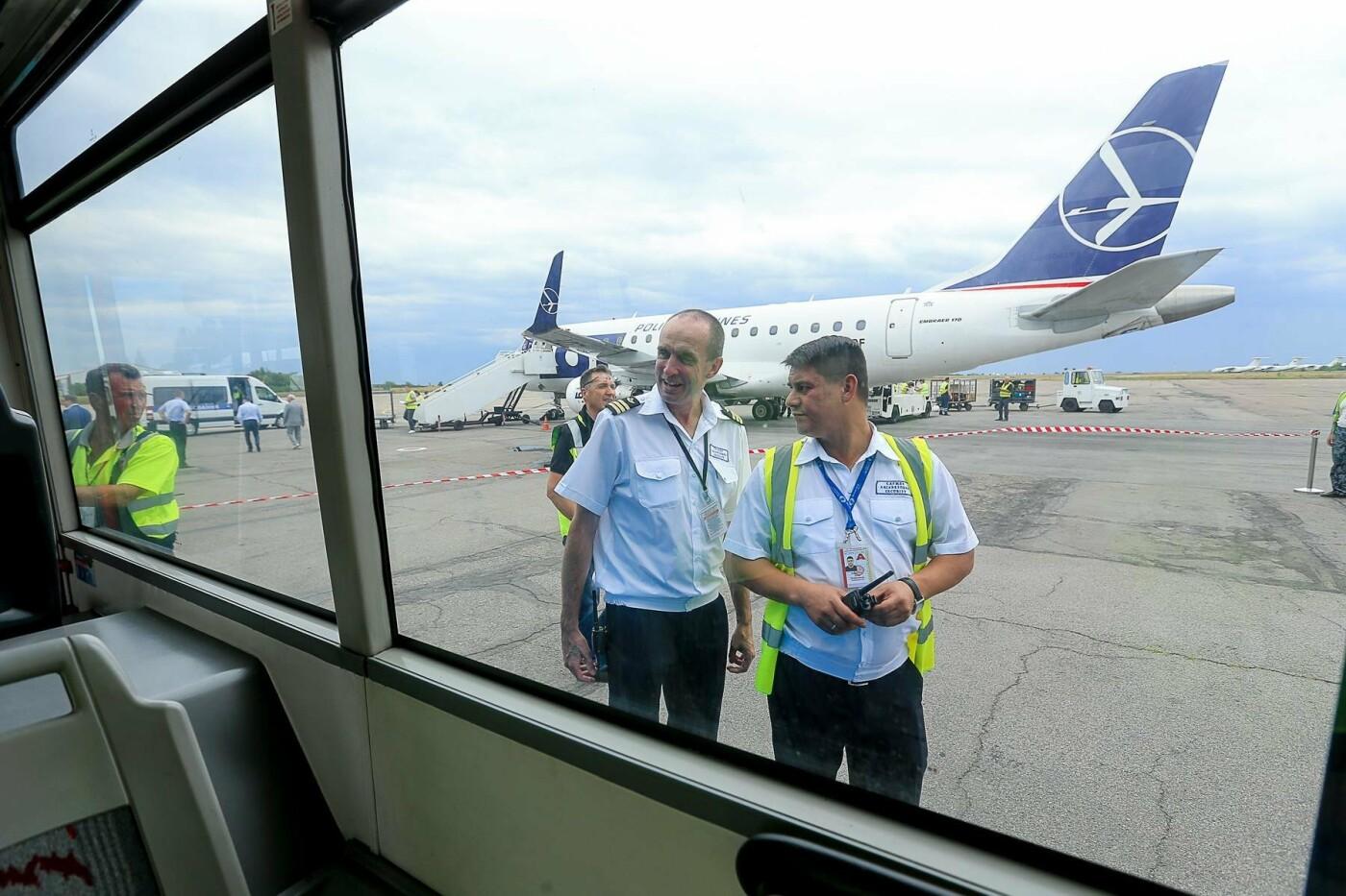 Торт, каравай и дождевая арка: открытие нового авиарейса Варшава-Запорожье в фотографиях, фото-27