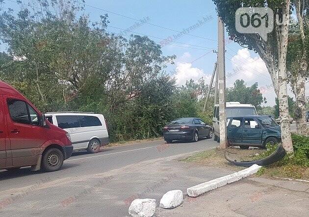 В Бердянске столкнулись микроавтобус и легковушка — три человека пострадали, — ФОТО, фото-2