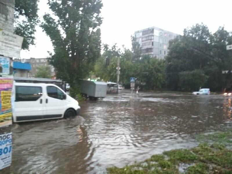 В Запорожье из-за дождя затопило спальный район: воды по колено, маршрутки едут через дворы, – ФОТО, ВИДЕО, фото-3