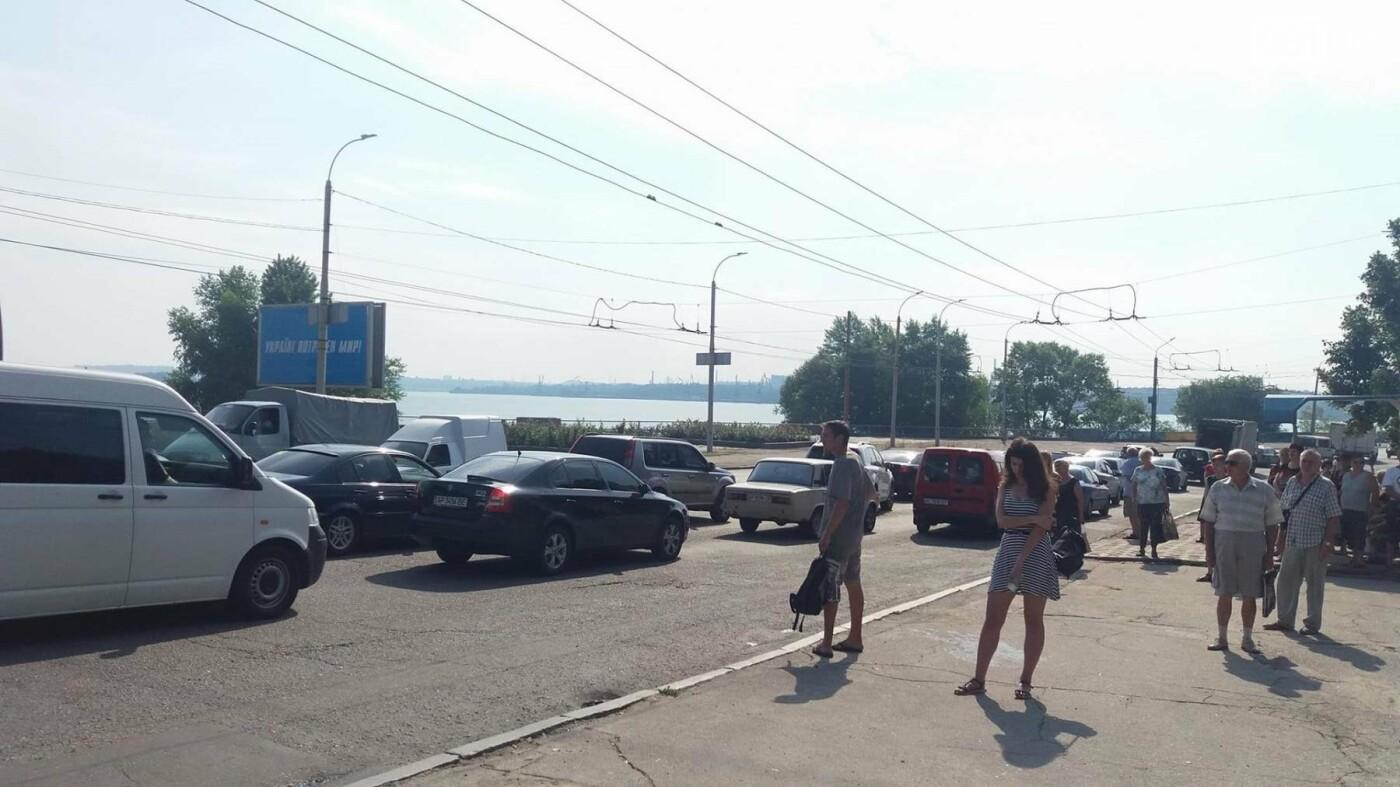 Жители правого берега стоят в пробке: проезду мешает троллейбус, - ФОТО, фото-3