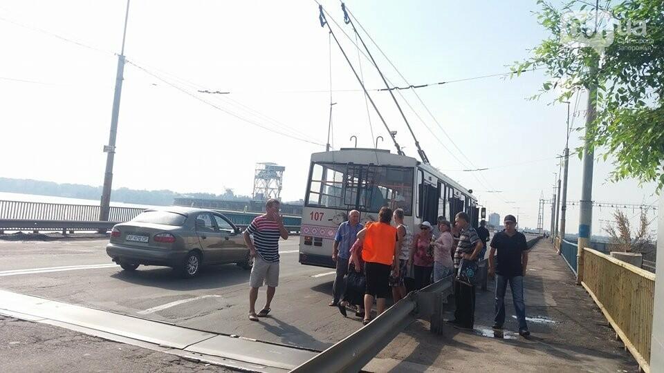 Жители правого берега стоят в пробке: проезду мешает троллейбус, - ФОТО, фото-2