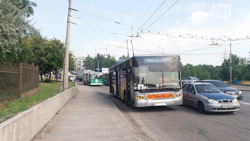 Жители правого берега стоят в пробке: проезду мешает троллейбус, - ФОТО, фото-1