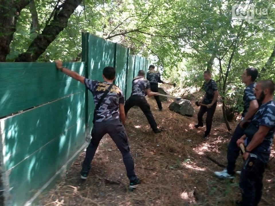 """Активисты """"Нацдружины"""" кувалдами разбили забор, которым перекрыл проход на берег Днепра руководитель одного из запорожских предприятий, - ФОТО, фото-2"""