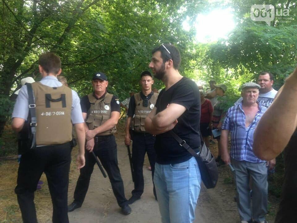 """Активисты """"Нацдружины"""" кувалдами разбили забор, которым перекрыл проход на берег Днепра руководитель одного из запорожских предприятий, - ФОТО, фото-3"""