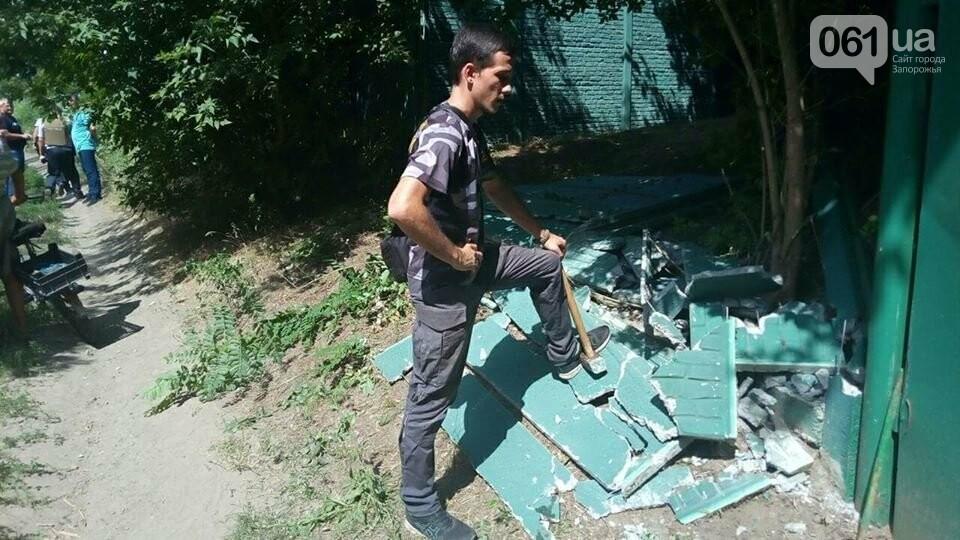 """Активисты """"Нацдружины"""" кувалдами разбили забор, которым перекрыл проход на берег Днепра руководитель одного из запорожских предприятий, - ФОТО, фото-4"""