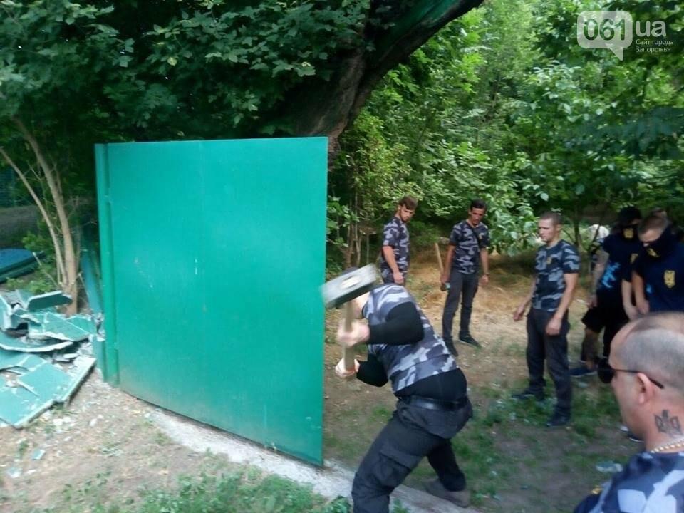 """Активисты """"Нацдружины"""" кувалдами разбили забор, которым перекрыл проход на берег Днепра руководитель одного из запорожских предприятий, - ФОТО, фото-5"""