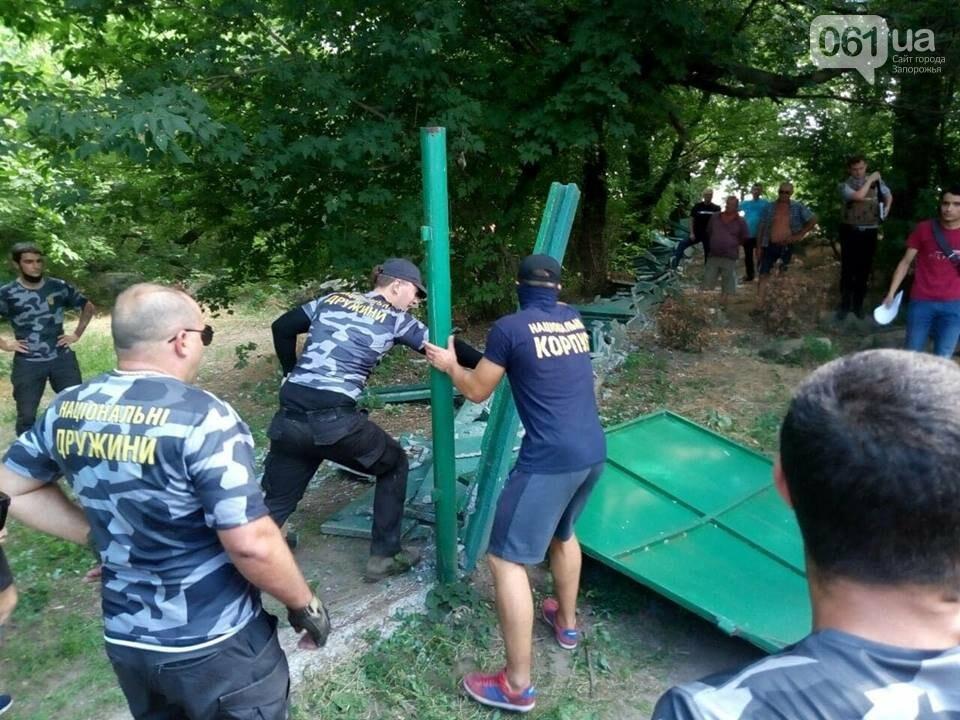 """Активисты """"Нацдружины"""" кувалдами разбили забор, которым перекрыл проход на берег Днепра руководитель одного из запорожских предприятий, - ФОТО, фото-6"""