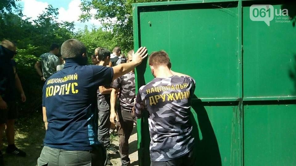 """Активисты """"Нацдружины"""" кувалдами разбили забор, которым перекрыл проход на берег Днепра руководитель одного из запорожских предприятий, - ФОТО, фото-7"""
