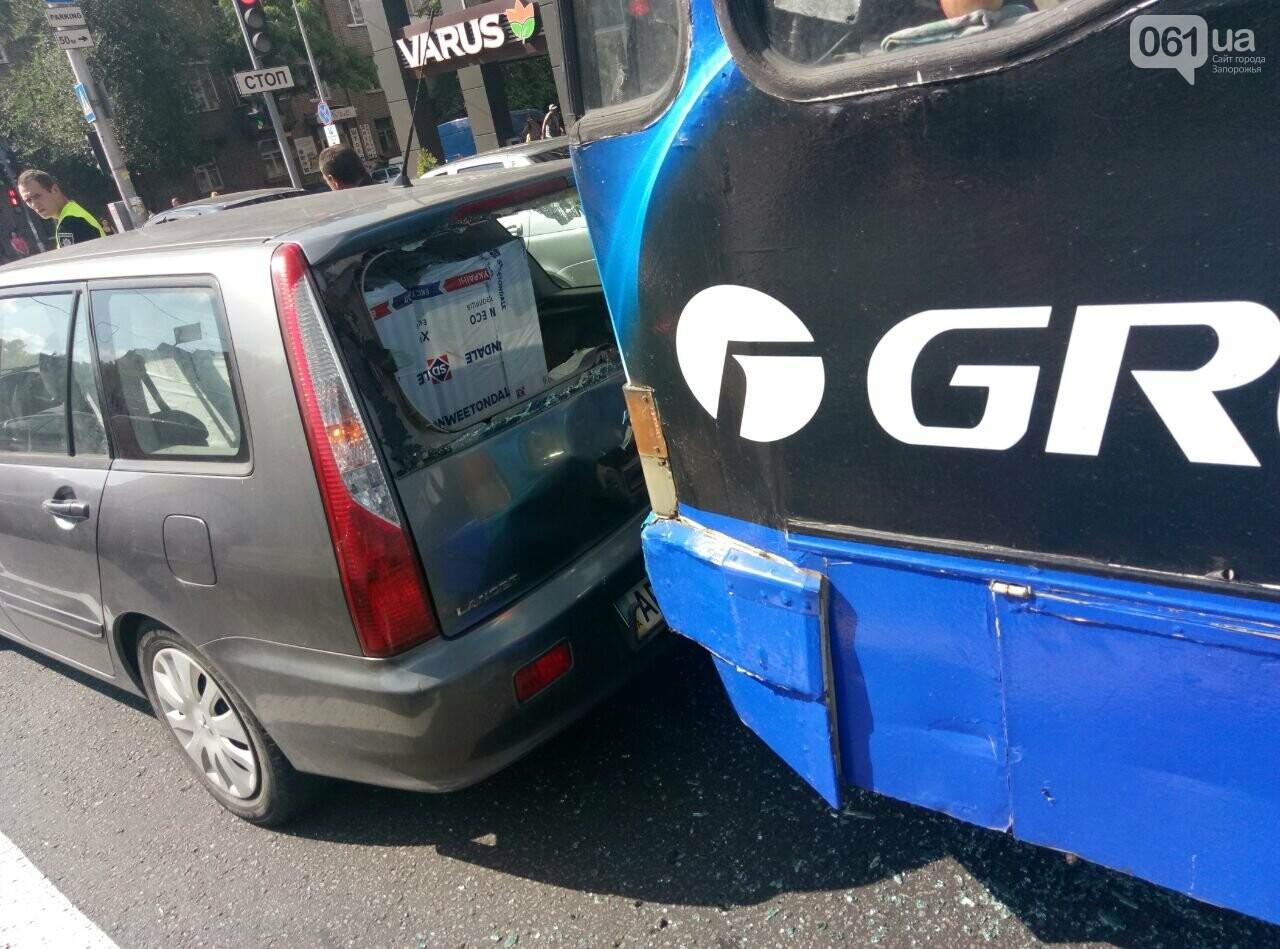 """Возле """"Авроры"""" троллейбус врезался в легковое авто, фото-2"""