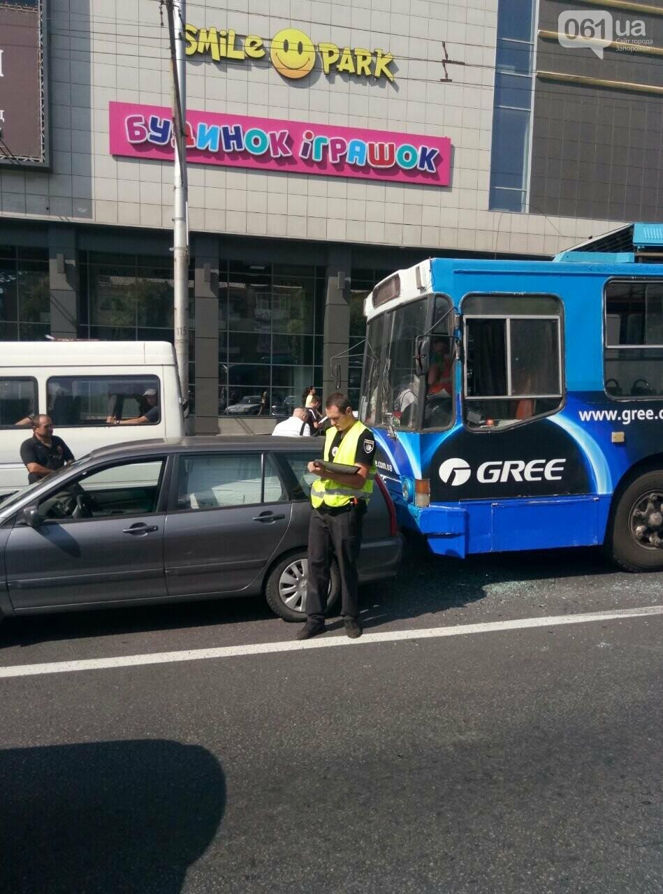 """Возле """"Авроры"""" троллейбус врезался в легковое авто, фото-1"""