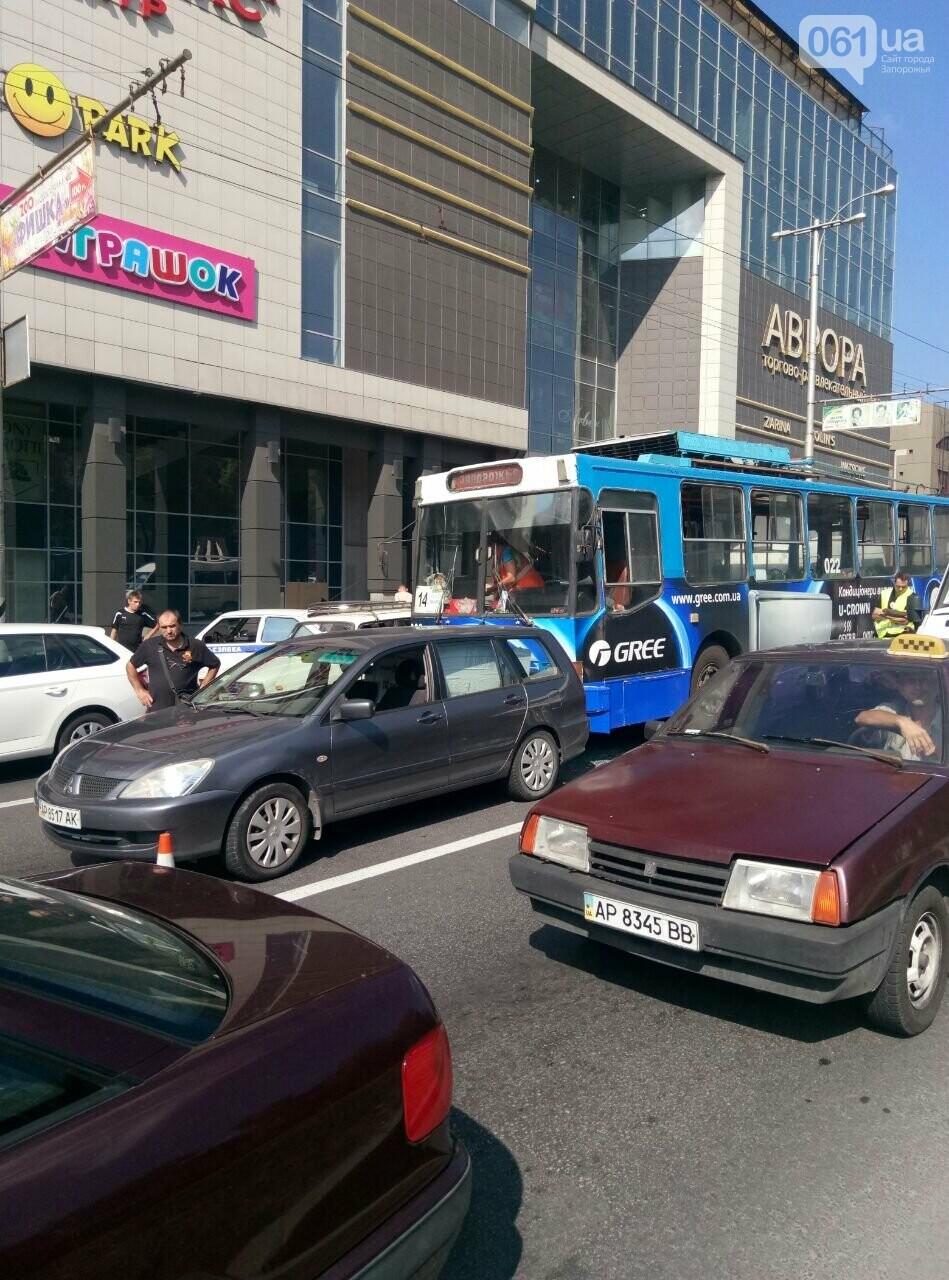 """Возле """"Авроры"""" троллейбус врезался в легковое авто, фото-3"""