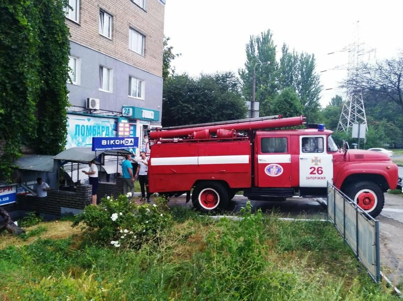 Непогода в Запорожье и области: в людей попала молния, офисы затопило, а машины застряли в воде, - ФОТО, фото-3