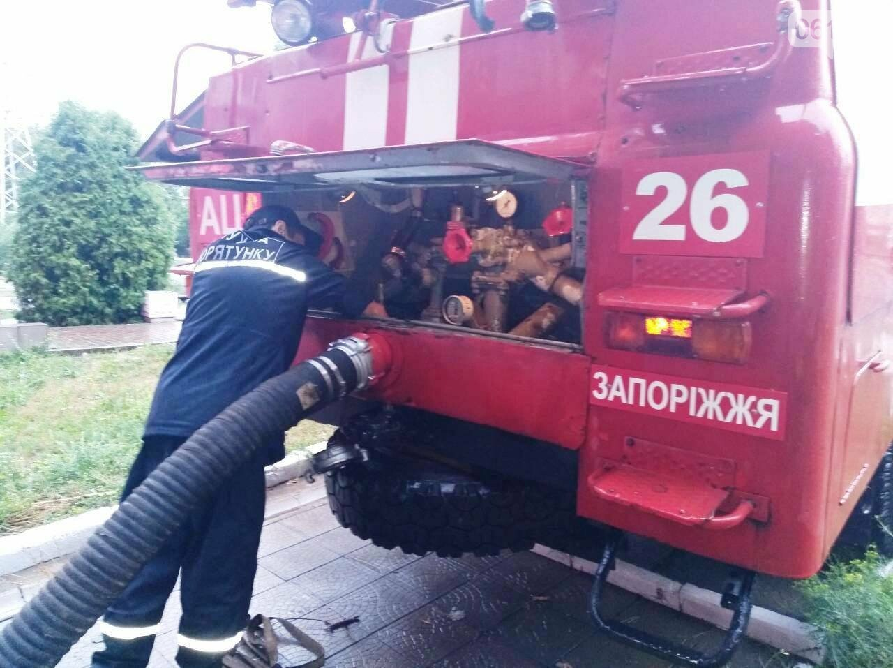 Непогода в Запорожье и области: в людей попала молния, офисы затопило, а машины застряли в воде, - ФОТО, фото-1