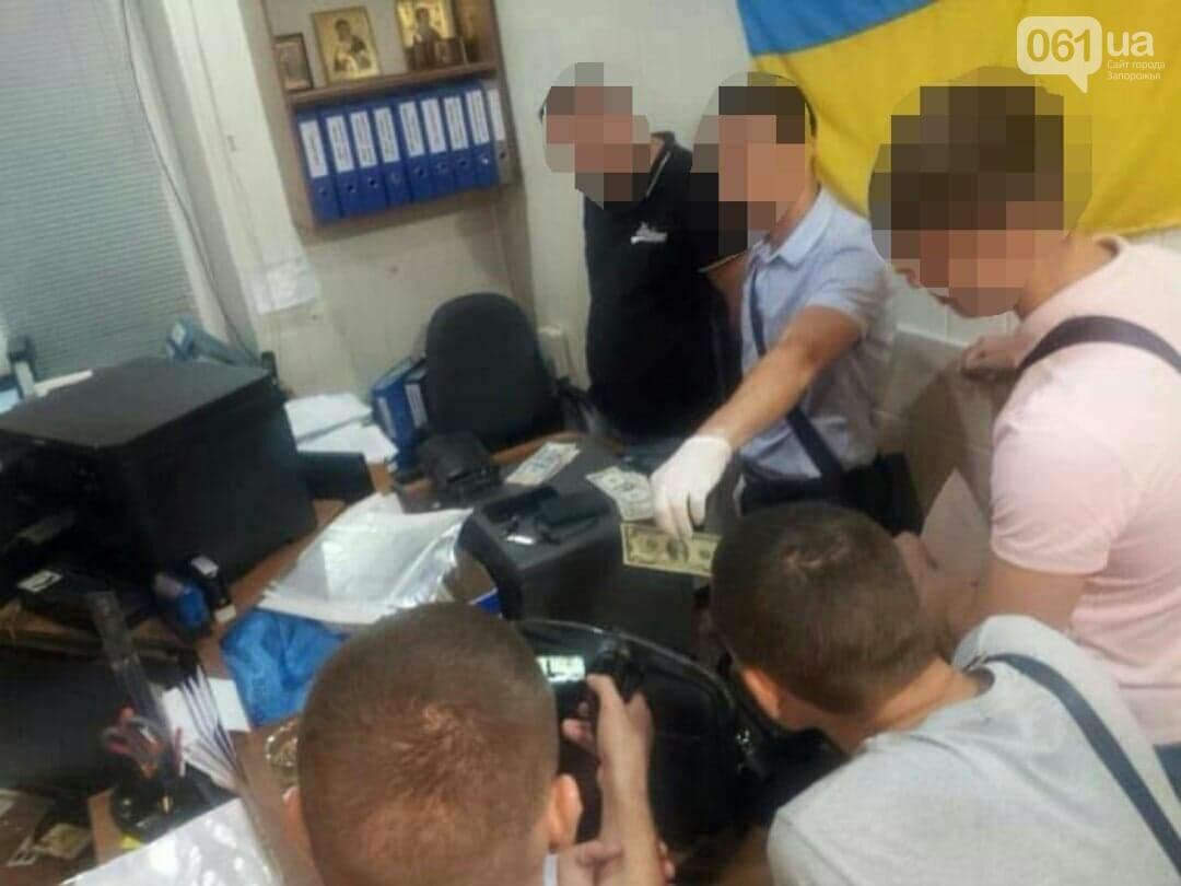 В Запорожье задержали инспектора — он «торговал» разрешением на ношение оружия, фото-1