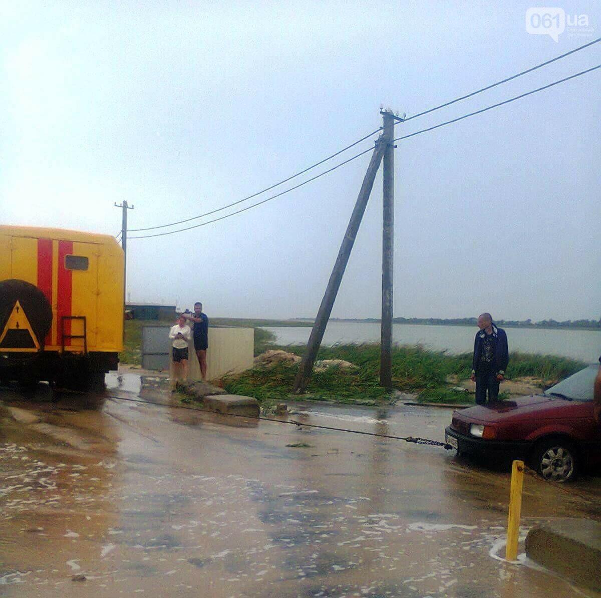 В Приморске размыло косу — 20 автомобилей не могут выехать с курорта, фото-2