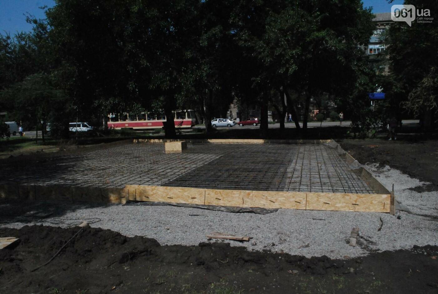 В сквере Яланского рабочие строят, сами не зная, что, - ФОТО, фото-1
