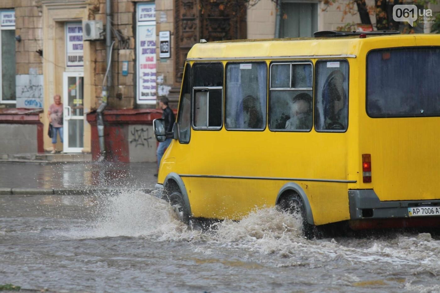 Запорожье накрыл мощный ливень: улицы затопило, люди насквозь промокли, – ФОТОРЕПОРТАЖ, фото-2